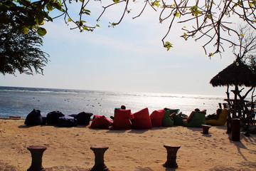 odpoczynek na plaży przy zachodzie słońca