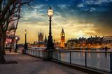Blick über die Themse auf den Big Ben Turm und den Westminster Palast in London bei Sonnenuntergang. Großbritannien © moofushi