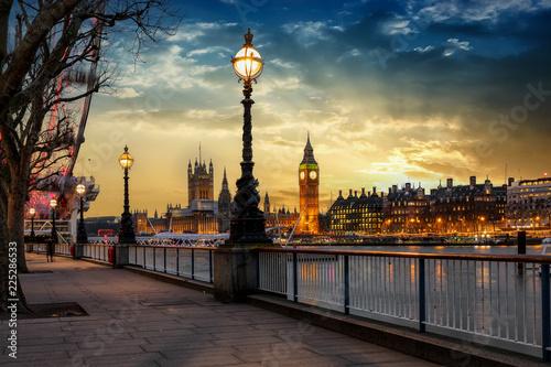 canvas print picture Blick über die Themse auf den Big Ben Turm und den Westminster Palast in London bei Sonnenuntergang. Großbritannien