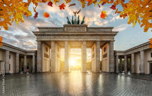 Das Brandenburger Tor in Berlin im goldenen Herbst bei Sonnenuntergang