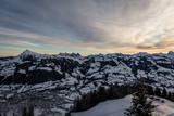 Skiort Kitzbühel im Winter beim Sonnenaufgang - 225299172