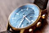 Montre chronographe de luxe dorée  - 225343315