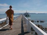 Monaco buddista passeggia lungo il mare