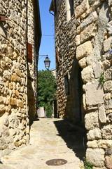 une ruelle à Banne en Ardèche © Monique Pouzet