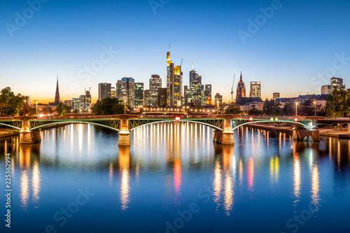 Frankfurt Skyline am Abend mit Ignatz-Bubis-Brücke und Main, Frankfurt am Main, Deutschland
