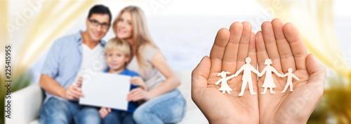 Ręki z papierową rodziną, szczęśliwy rodzinny pojęcie