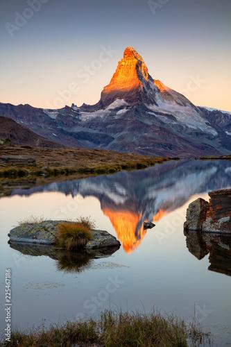 Matterhorn, Alpy Szwajcarskie. Krajobrazowy wizerunek Szwajcarscy Alps z Stellisee i Matterhorn w tle podczas wschodu słońca.