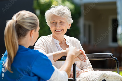 Foto Murales Nurse takes care of old patient