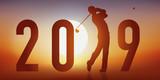Carte de vœux 2019 sur le thème du golf, avec un golfeur en pleine action, qui frappe la balle