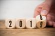 Leinwanddruck Bild - Hand dreht Würfel und symbolisiert Jahreswechsel zwischen 2018 und 2019