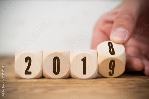 Leinwanddruck Bild Hand dreht Würfel und symbolisiert Jahreswechsel zwischen 2018 und 2019