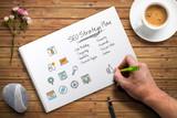 Hand skizziert Online-Marketing Strategie am Arbeitsplatz - 225537392