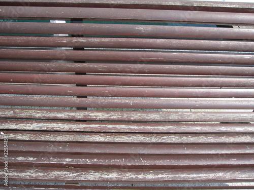 Rückenlehne einer alten Holzbank - 225541581