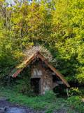 Cabane abandonnée en forêt - 225639177