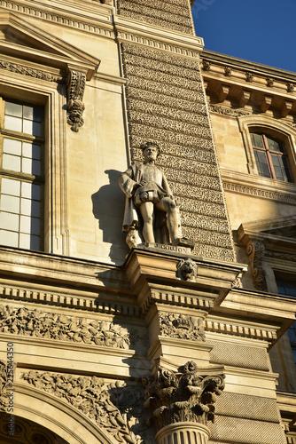 Façade du Louvre à Paris, France