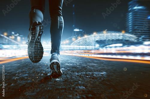 Jogging in nächtlicher Stadt - 225728506