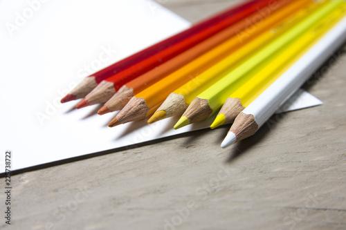kolorowe kredki na białej kartce papieru