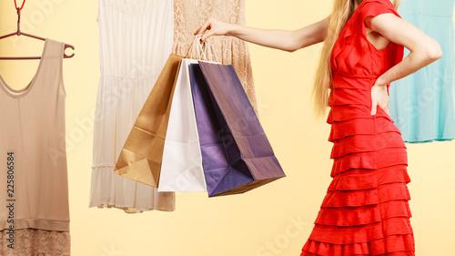 Kobieta w sklepie zrywania letni strój