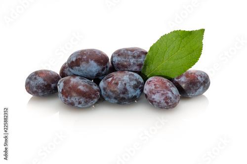 Zwetschgen Frucht mit Blatt weiß isoliert