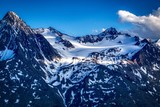 ośnieżone  szczyty Alp austriackich,  częściowo oświetlone