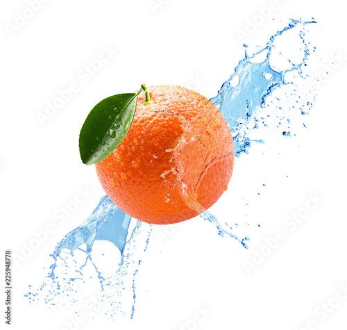 pomarańczowy w plusk wody na whitebackground