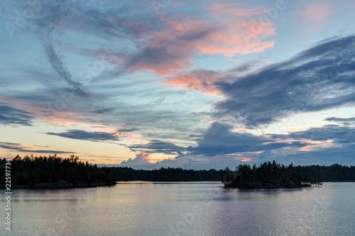 jasny lato zachód słońca z chmurami