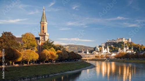 Leinwanddruck Bild Salzburg in der Herbstabendsonne, Blick auf Christuskirche mit Makartsteg, Festung Hohensalzburg, Dom, Altstadt