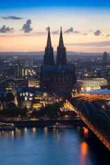 Kölner Dom mit Hohenzollernbrücke am Abend