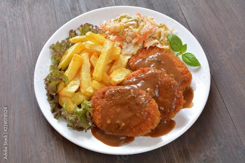 kotlet mielony z ziemniakami surówką i pomidorem - 226078524