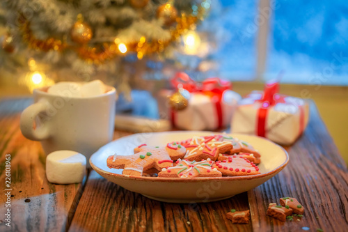 Foto Murales Sweet gingerbread cookies, hot chocolate and Christmas tree