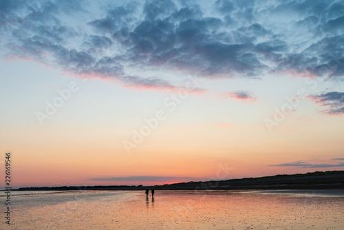 Piękny wibrujący lato zmierzchu plaży krajobraz z oszałamiająco niebem i kolorami