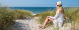 Panorama Frau sitzt im Sand  - 226201549