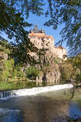 Burg Kriebstein mit Wasserfall im Vordergrund, Sachsen, Deutschland © kelifamily