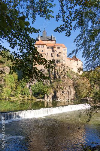 Burg Kriebstein mit Wasserfall im Vordergrund, Sachsen, Deutschland