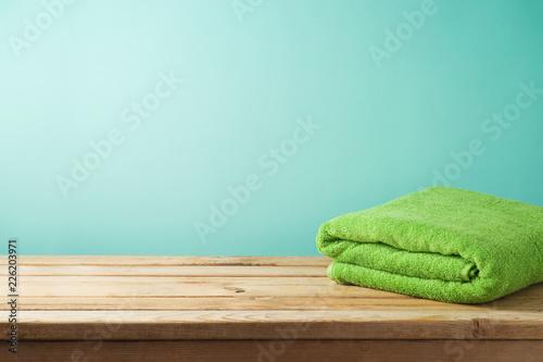 Sprawności fizycznej tło z ręcznikiem na drewnianym stole