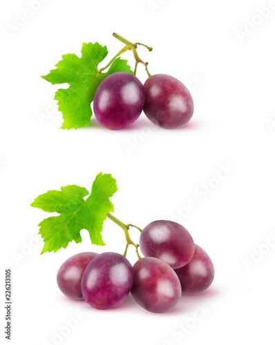 Pojedyncze winogrono. Dwa wizerunku czerwoni winogrona na gałąź odizolowywać na białym tle z ścinek ścieżką