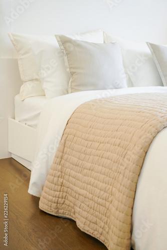 Wygodne łóżko w nowoczesnym wnętrzu sypialni