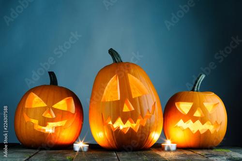 Leinwanddruck Bild Halloween pumpkins and candles