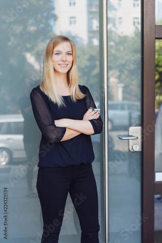 Fridge magnet lächelnde frau steht vor einer glastür