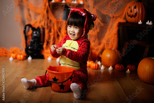 Foto Murales Toddler girl dressed up playing in Halloween party