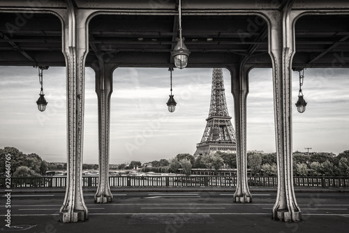 Poster Bir Hakeim bridge, Eiffel tower in the background, Paris France