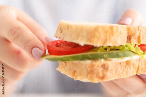 Foto Murales healthy sandwich  in wonen hands