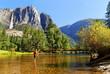 Frau im Merced River im Yosemite Valley mit Yosemite Fall, Kalifornien, USA