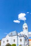 Sankt-Elisabeth-Kirche in Bratislava - Blaue Kirche vor blauem Himmel im Sommer