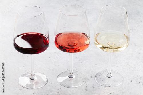 Leinwandbild Motiv Red, rose and white wine glasses