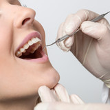 Untersuchung beim Zahnarzt am Mund einer jungen Frau