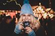 Leinwandbild Motiv Frau Glühwein Weihnachtsmarkt