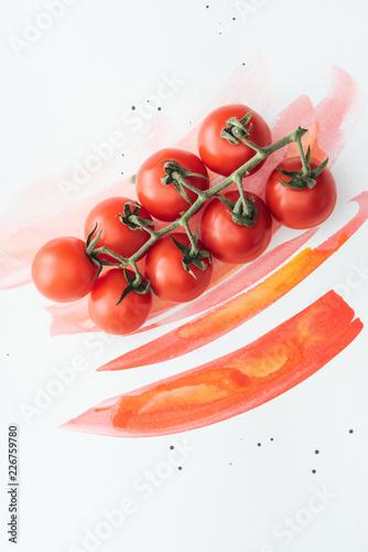 widok z góry oddziału dojrzałe pomidory koktajlowe na białej powierzchni z czerwonymi uderzeń akwarela