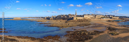 Saint-Malo, les remparts et le fort national vus du Grand bé - 226760956