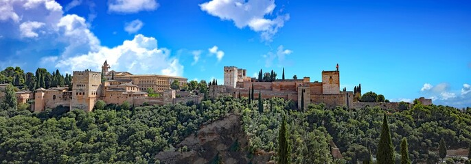 Panoramic view of the historic Alhambra Palaces and Generalife Gardens in Granada, Spain, a popular tourist attraction. © Thomas Barrat